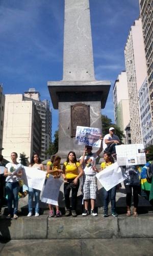 26.jun.2013 - Manifestantes, embora ainda em pequeno número, começam a tomar a praça Sete de Setembro, em Belo Horizonte, e param o trânsito da região