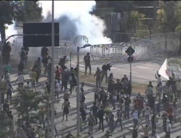 26.jun.2013 - Manifestantes entram em confronto com a polícia em Belo Horizonte