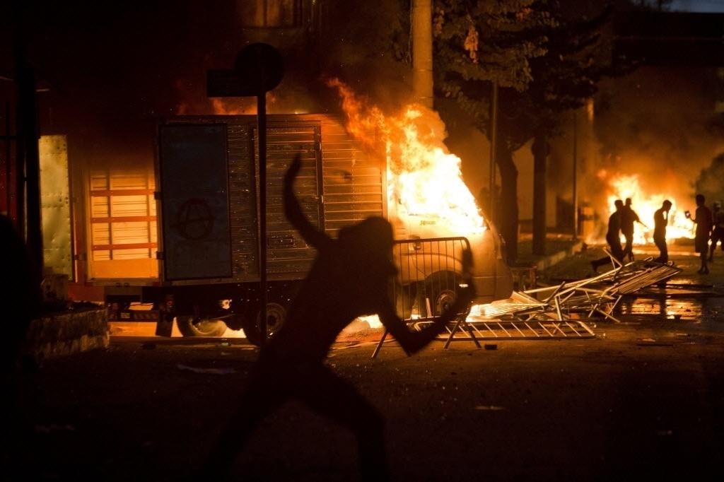 26.jun.2013 - Manifestantes entraram em confronto com a polícia em limite imposto pela polícia para manter protesto distante do Mineirão