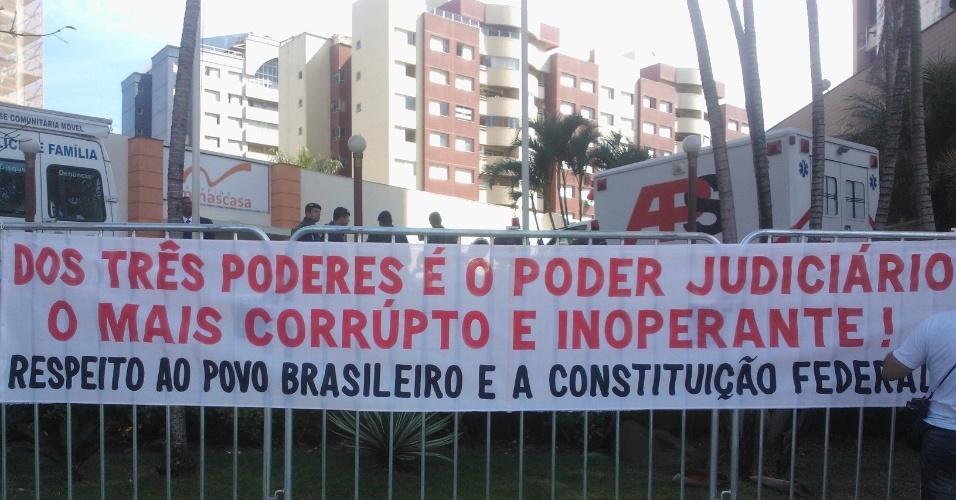 26.jun.2013 - Manifestantes esticam faixa em frente ao hotel da seleção brasileira em Belo Horizonte; time enfrenta o Uruguai nesta quarta, mas vários protestos estão agendados na cidade