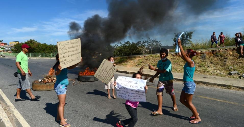 26.jun.2013 - Manifestantes ocupam rodovia de Belo Horizonte e seguem em direção ao aeroporto da cidade; capital mineira recebe nesta quarta o jogo entre Brasil e Uruguai pela Copa das Confederações, e há chances de protestos também perto do Mineirão