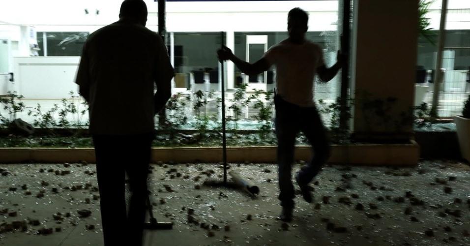 26.jun.2013 - Manifestantes quebram vidros de lojas durante protesto em Belo Horizonte