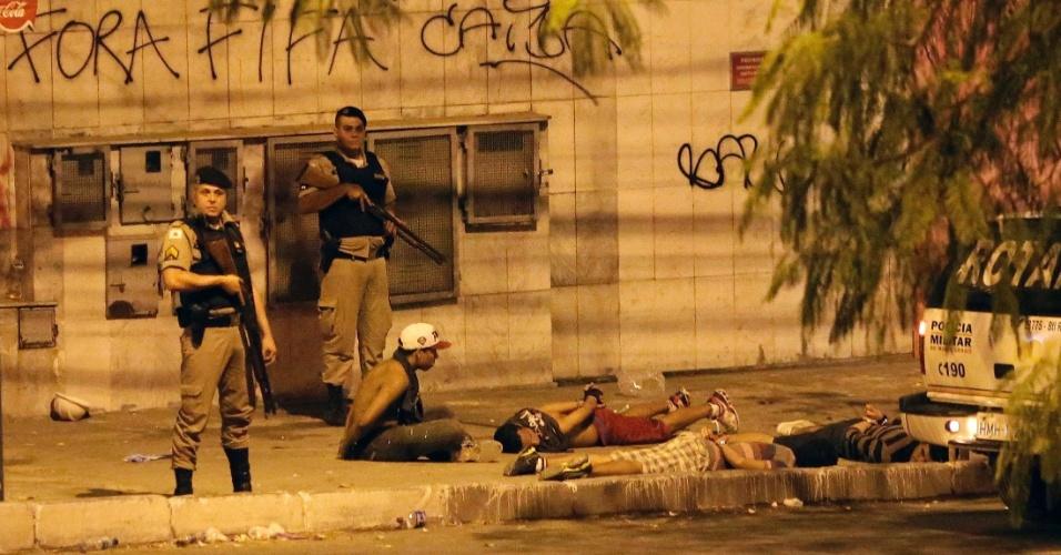 26.jun.2013 - Manifestantes são detidos em Belo Horizonte após confronto em protesto nos arredores do Mineirão