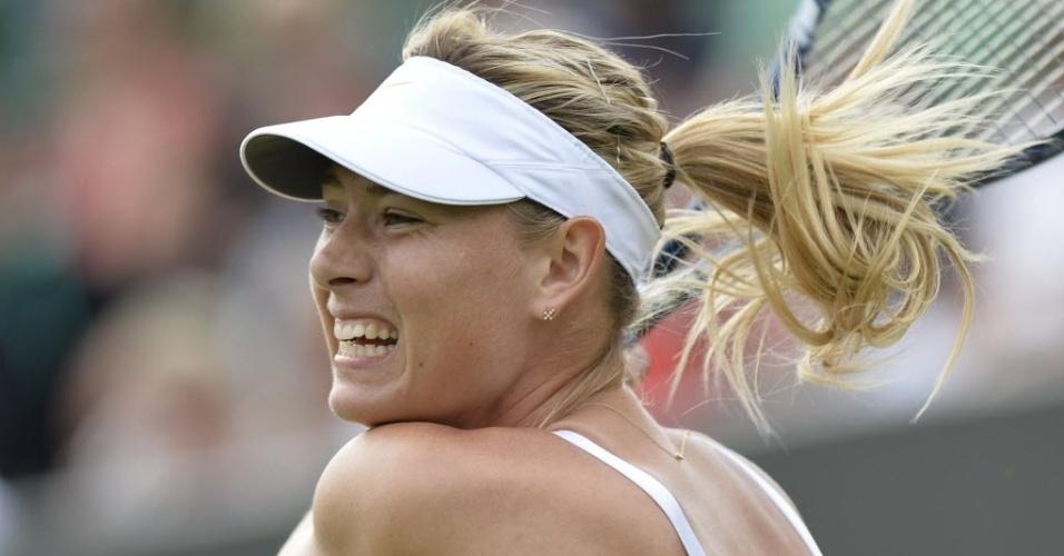 26.jun.2013 - Maria Sharapova se esforça em lance da partida contra a portuguesa Michelle Larcher De Brito