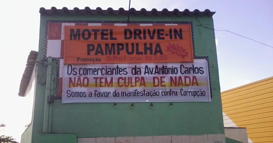 26.jun.2013 - Motel da Avenida Antonio Carlos deixa recado aos protestos; alguns estabelecimentos comerciais de Belo Horizonte fecharam as portas nesta quarta-feira com medo de atos de vandalismo por parte de alguns manifestantes