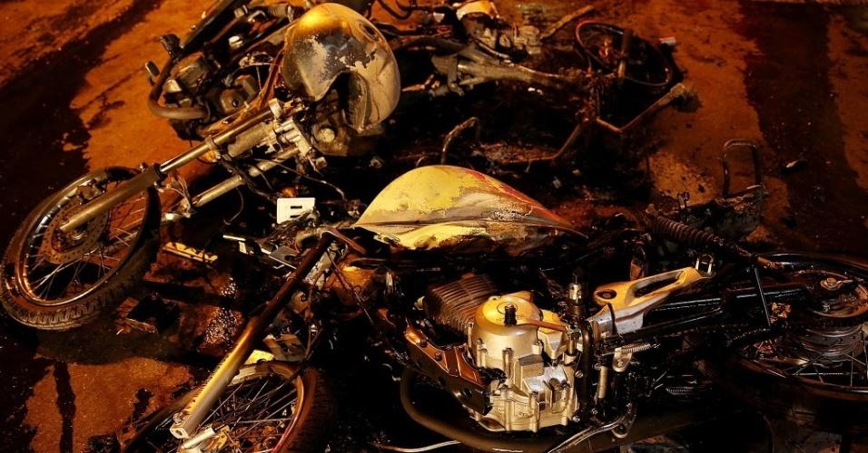 26.jun.2013 - Motos ficam quebradas após confrontos entre manifestantes e policias em Belo Horizonte