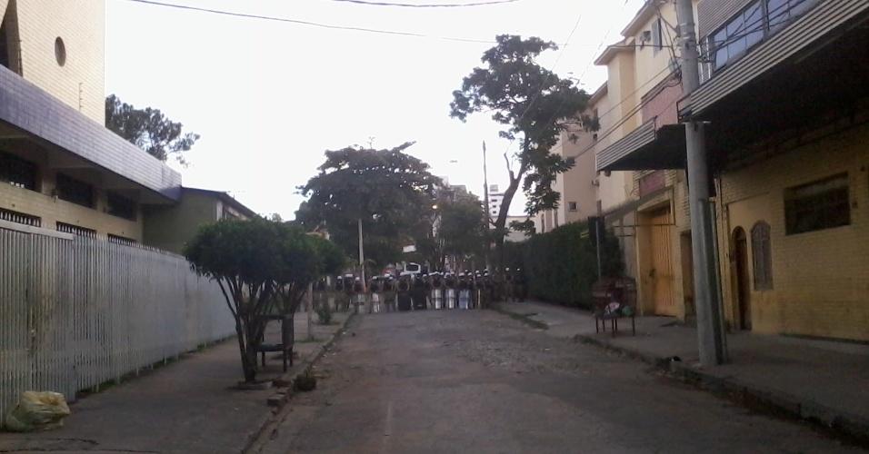 26.jun.2013 - Policiais formam barreira para conter avanço de manifestantes rumo ao Mineirão
