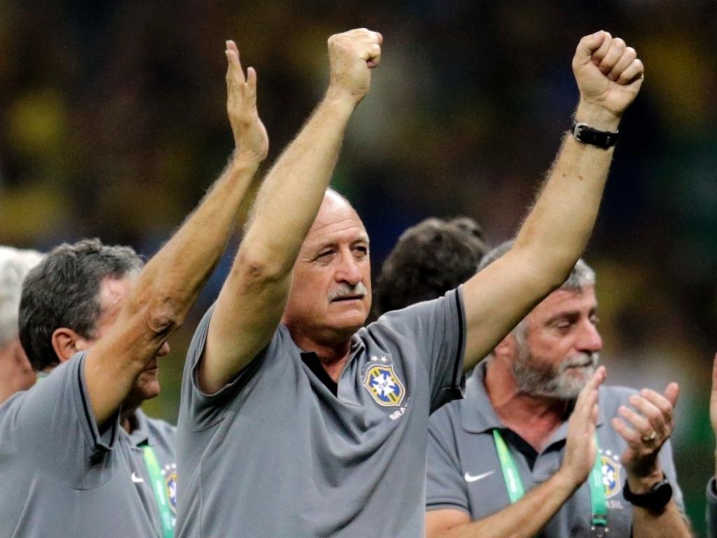 26.jun.2013 - Técnico Luiz Felipe Scolari comemora a vitória por 2 a 1 sobre o Uruguai e a classificação brasileira para a final da Copa das Confederações