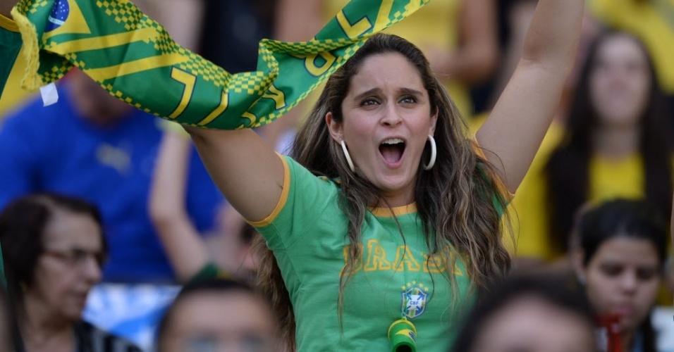 26.jun.2013 - Torcedora brasileira se diverte antes da partida entre Brasil e Uruguai pela semifinal da Copa das Confederações, em Belo Horizonte