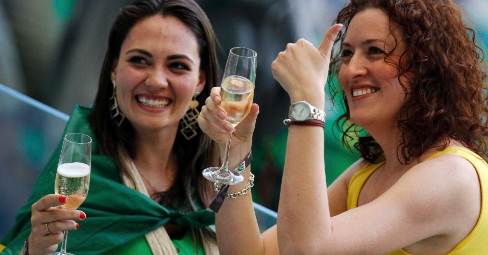 26.jun.2013 - Torcedoras brindam com champanhe nas tribunas enquanto aguardam o início da partida entre Brasil e Uruguai no Mineirão; Brasil venceu por 2 a 1 e se classificou para a final da Copa das Confederações