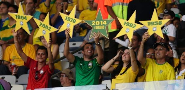 26.jun.2013 - Torcedores aguardam o início da partida entre Brasil e Uruguai no Mineirão