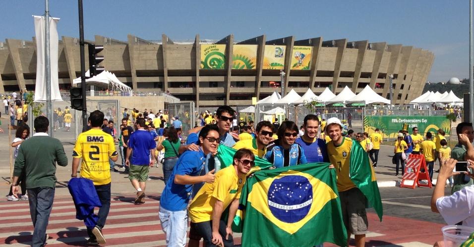 26.jun.2013 - Torcedores brasileiros posam em frente ao Mineirão, horas antes do jogo entre Brasil e Uruguai, pela semifinal da Copa das Confederações