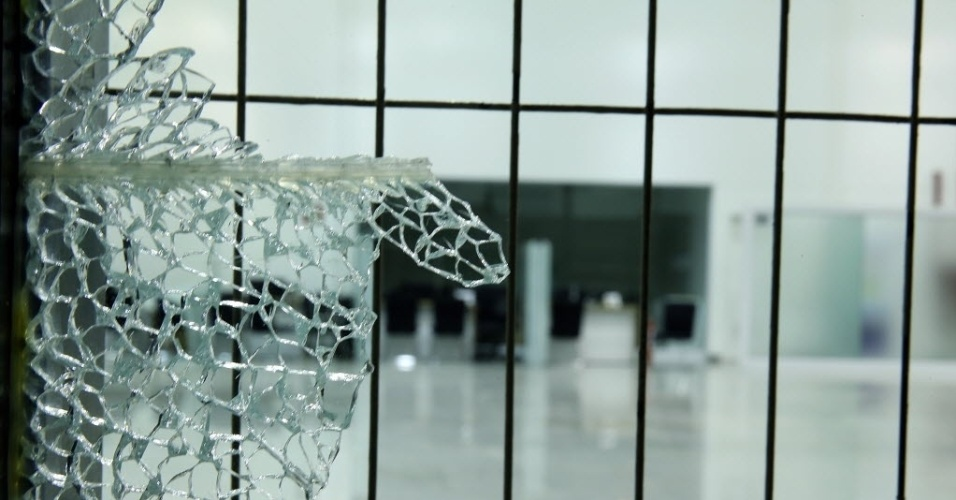 26.jun.2013 - Vidros são destruídos durante as manifestações em Belo Horizonte