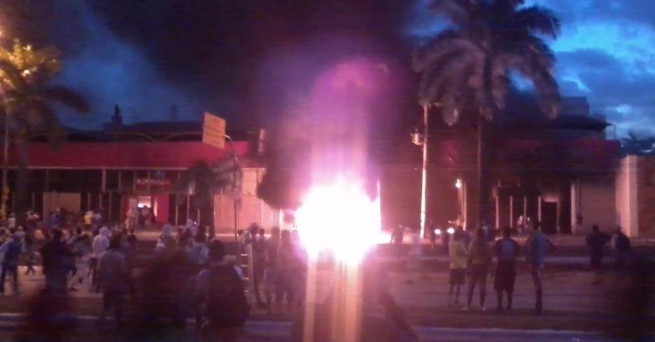 26.jun.2013 -Manifestantes colocam fogo em concessionária em Belo Horizonte