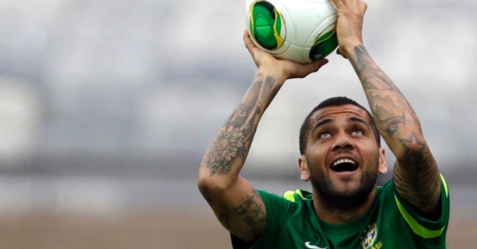 25.jun.2013 - Daniel Alves exibe tatuagens no braço enquanto brinca em treino da seleção brasileira antes da semifinal com o Uruguai
