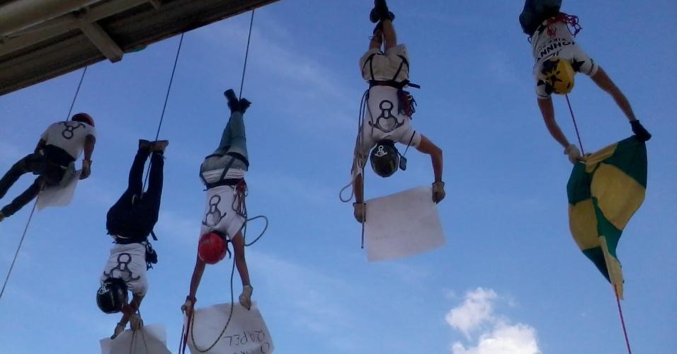 Grupo de rapel apoia protestos durante passagem de manifestação em passarela próxima ao Mineirão