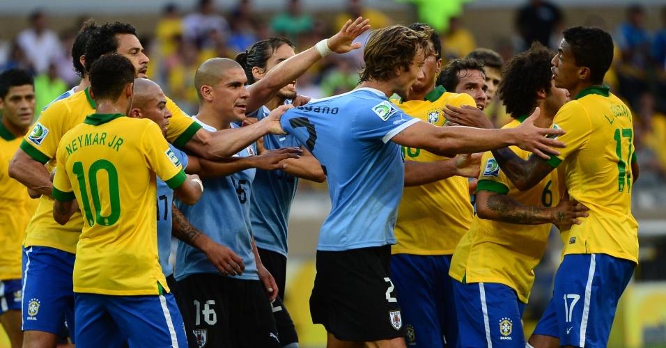 Jogadores de Brasil e Uruguai se desentendem e pressionam o árbitro após falta feia de Luiz Gustavo sobre Cristian Rodriguez