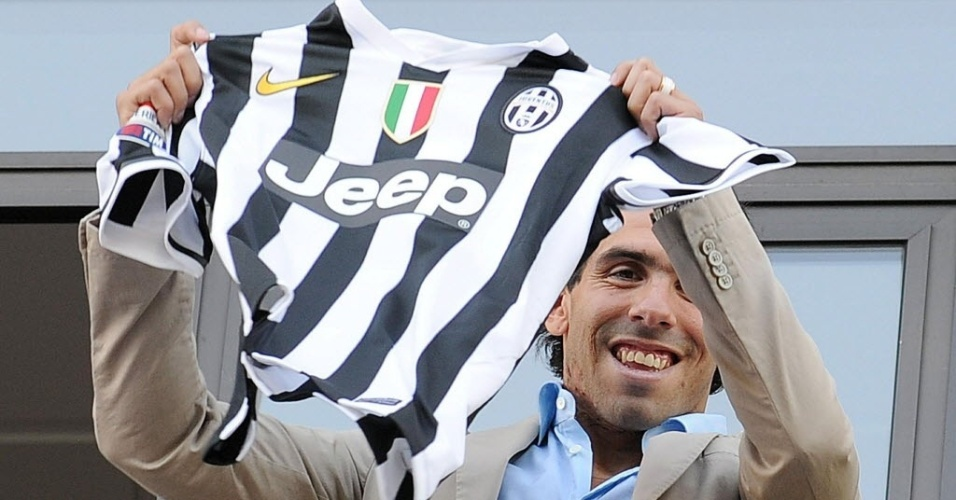 Tevez chega à Itália e exibe camisa do seu novo time, a Juventus de Turim