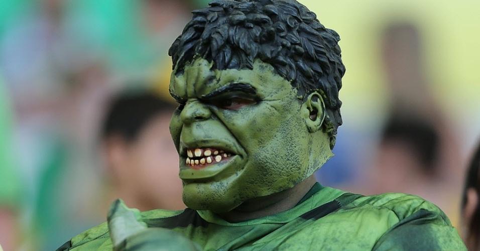 Torcedor do Brasil usa fantasia do personagem Incrível Hulk antes do jogo contra o Uruguai, nesta quarta-feira