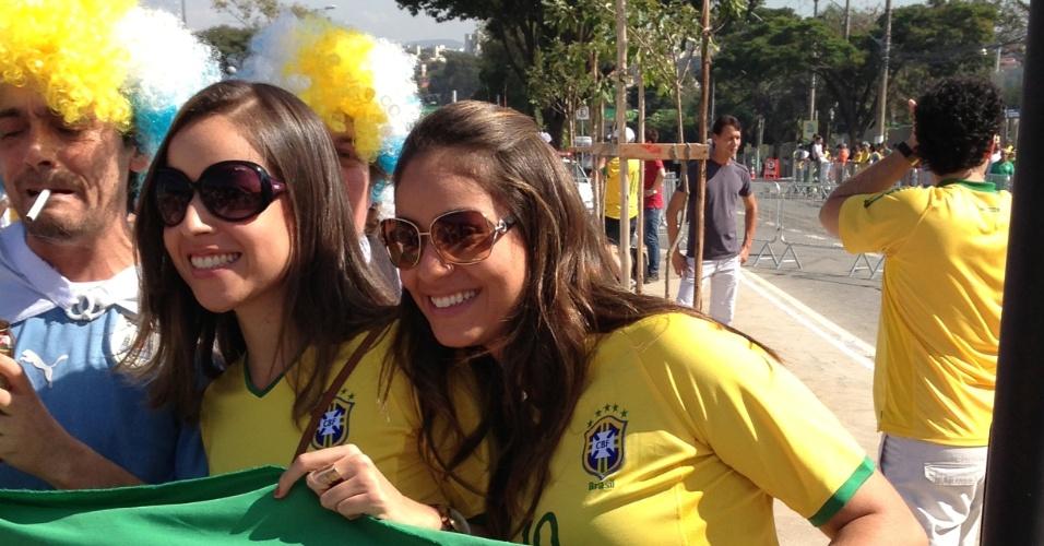 Torcedores de verde amarelo posam para fotos do lado de fora do Mineirão, pouco antes da semifinal da Copa das Confederações entre Brasil e Uruguai