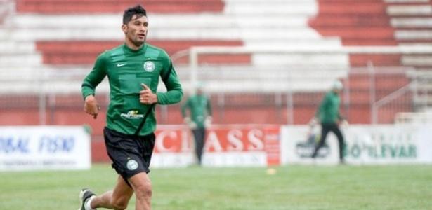 Zagueiro Escudero realiza treino físico depois de se apresentar atrasado no Coritiba em Foz do Iguaçu (26/06/2013)