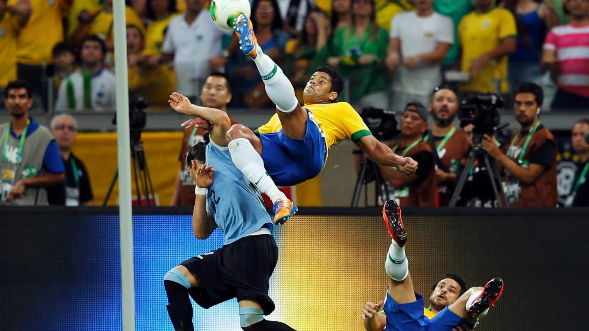 26.jun.2013 - Caído, Fred observa Hulk tentar um chute de bicicleta durante a vitória por 2 a 1 do Brasil sobre o Uruguai no Mineirão pela Copa das Confederações