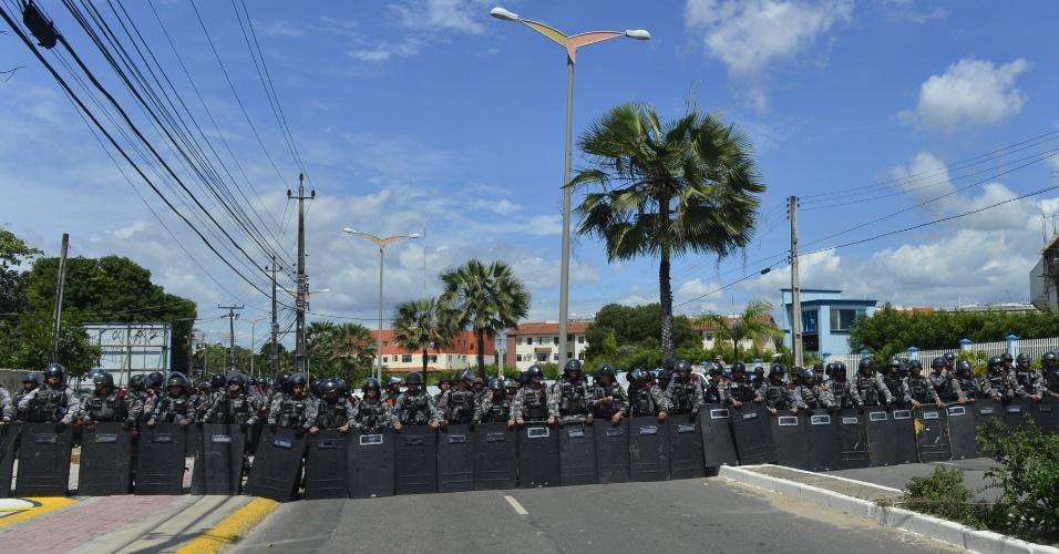 27.jun.2013 - Dezenas de policiais formam barreira para conter o avanço de manifestantes em direção ao Castelão, que às 16h receberá o jogo entre Espanha e Itália pela semifinal da Copa das Confederações