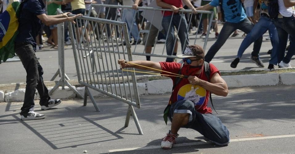 27.06.13 - Manifestante mira estilingue em direção dos policiais durante protesto em Fortaleza