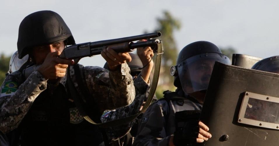 27.06.13 - Policial mira em direção aos manifestantes durante os protestos em Fortaleza