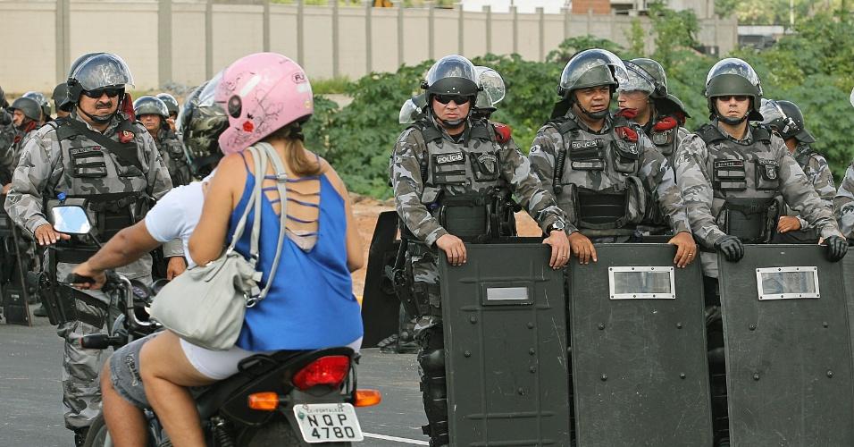 27.jun.2013 - Barreria policial formada no acesso ao Castelão abre espaço para a passagem de moto