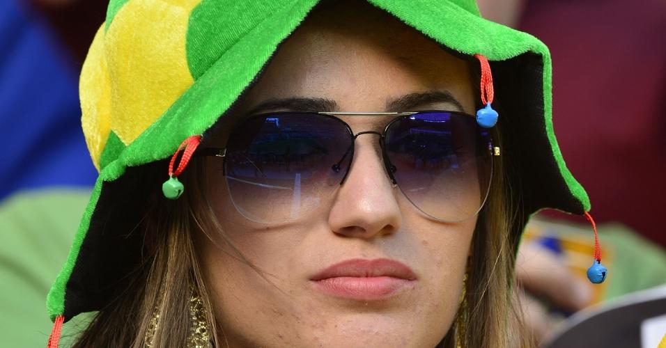27.jun.2013 - Bela torcedora marca presença no Castelão antes do jogo entre Espanha e Itália