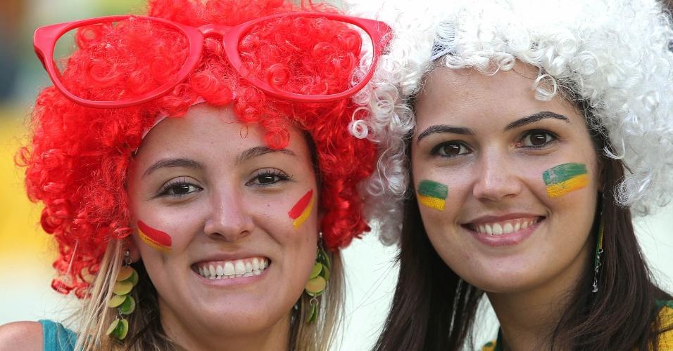 27.jun.2013 - Belas torcedoras aguardam o início da partida entre Espanha e Itália pela semifinal da Copa das Confederações no Castelão
