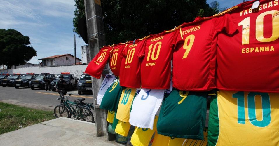 27.jun.2013 - Camisas de Brasil e Espanha são vendidas do lado de fora do Castelão