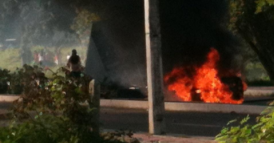 27.jun.2013 - Carro da TV Diário pega fogo durante confronto entre manifestantes e policiais em protesto em Fortaleza
