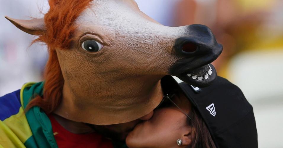 27.jun.2013 - Casal de namorados se beijam antes do jogo entre Espanha e Itália em Fortaleza