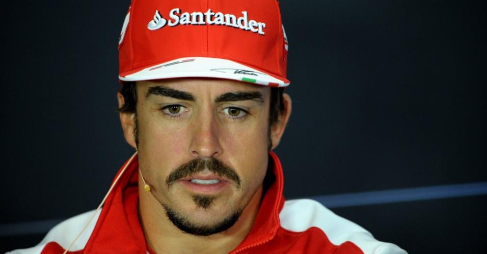 27.jun.2013 - Com novo visual, Fernando Alonso participa de entrevista coletiva em Silverstone