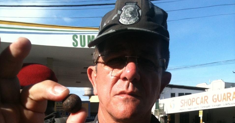 27.jun.2013 - Comandante geral da PM do Ceará mostra bola de ferro atirada por manifestantes com estilingues em cima de policiais durante confronto em Fortaleza