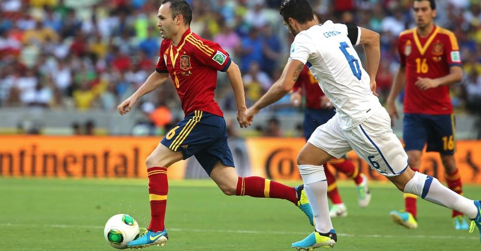 27.jun.2013 - Espanhol Iniesta parte com a bola dominada durante o jogo contra a Itália pela semifinal da Copa das Confederações