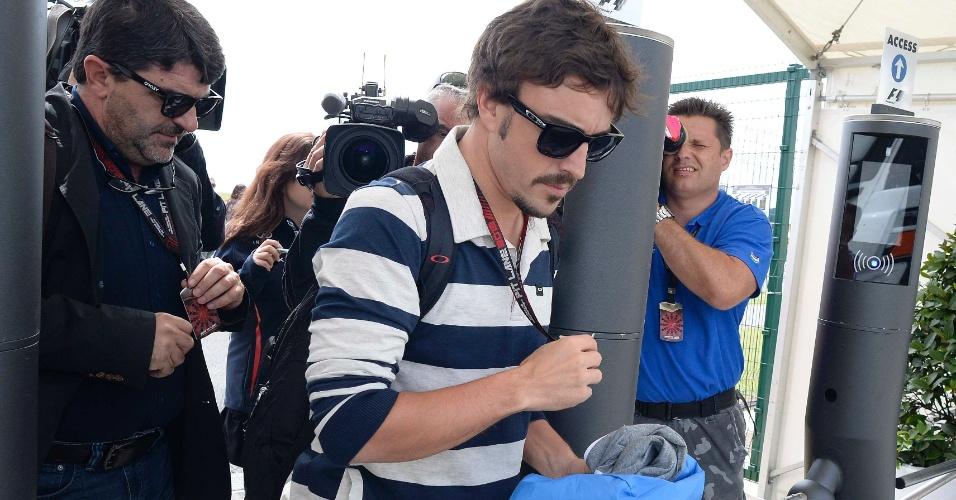 27.jun.2013 - Fernando Alonso chega ao circuito de Silverstone