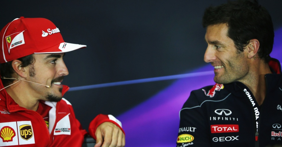 27.jun.2013 - Fernando Alonso e Mark Webber conversam durante entrevista coletiva no circuito de Silverstone