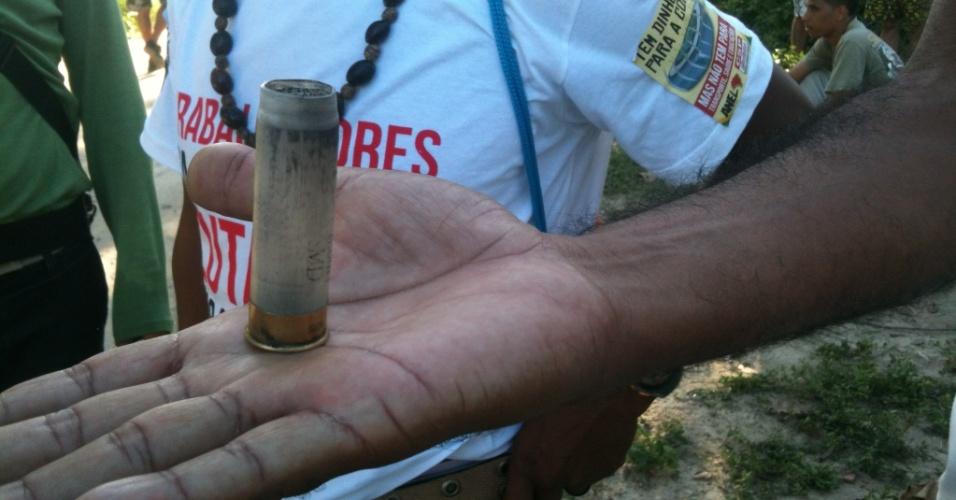 27.jun.2013 - Homem mostra cápsula de bala de borracha usada pela polícia