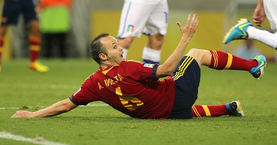 27.jun.2013 - Iniesta fica caído e pede falta em lance da prorrogação de Espanha x Itália na semifinal da Copa das Confederações