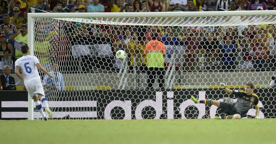 27.jun.2013 - Italiano Candreva abre as cobranças de pênaltis da semifinal da Copa das Confederações contra a Espanha