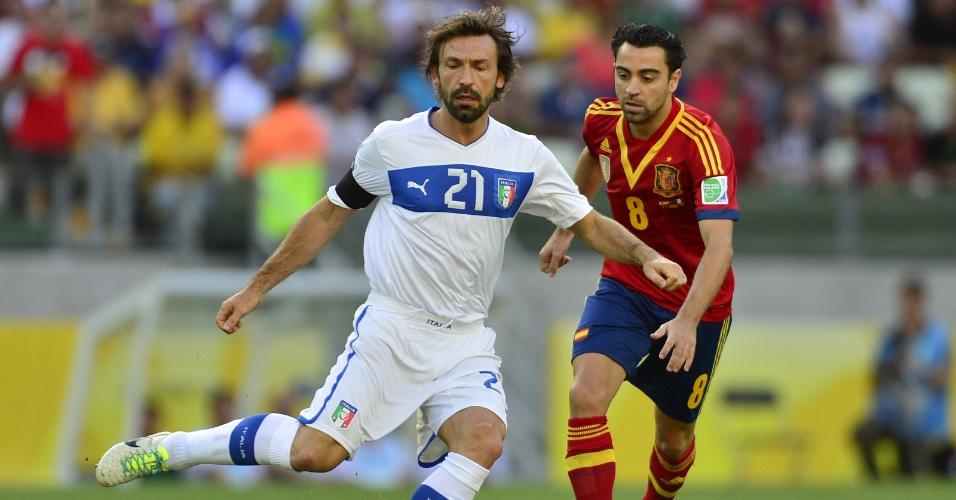 27.jun.2013 - Italiano Pirlo (e) parte com a bola dominada e é acompanhado pelo espanhol Xavi em lance da semifinal da Copa das Confederações no Castelão