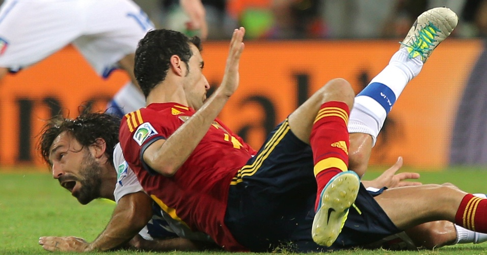 27.jun.2013 - Andrea Pirlo fica caído após disputa de bola durante a semifinal da Copa das Confederações contra a Espanha