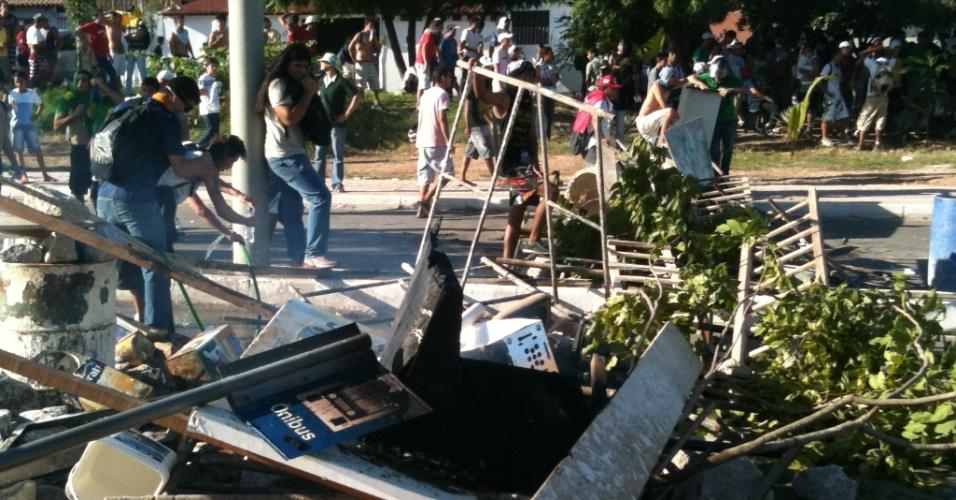 27.jun.2013 - Linha de frente fortificada dos manifestantes não resistiu à carga da policia