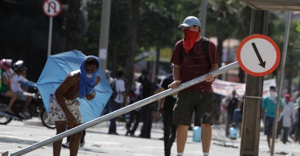 27.jun.2013 - Manifestante quebra placa para protestar em Fortaleza