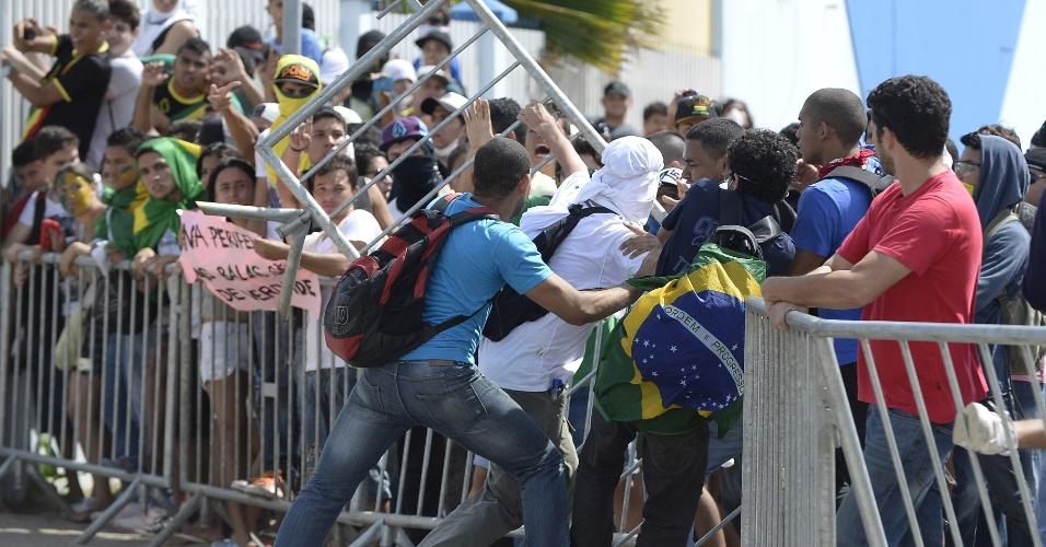 27.jun.2013 - Manifestantes discutem entre si após derrubada de uma grade instalada pela polícia para conter o avanço de um protesto que segue rumo ao Castelão