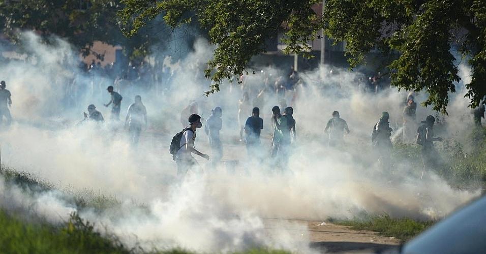 27.jun.2013 - Manifestantes encaram bombas de gás jogadas pela polícia durante protesto em Fortaleza