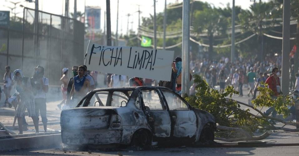 27.jun.2013 - Manifestantes pedem ficha limpa durante protesto em Fortaleza antes do duelo entre Espanha e Itália